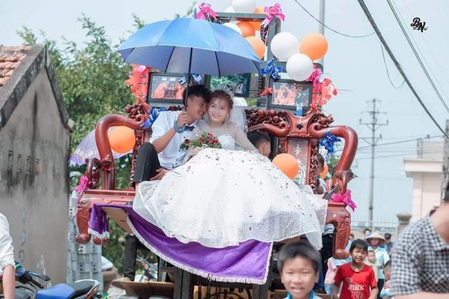 """Màn rước dâu """"cồng kềnh"""" nhất là đây: Mang cả ghế salon đặt lên xe hoa để đưa vợ về nhà tại Nghệ An! - Ảnh 3."""