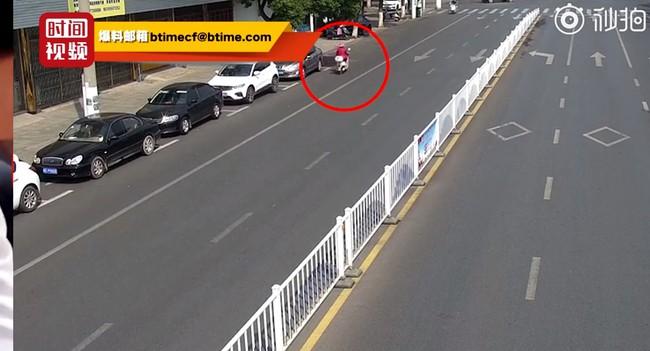 Đoạn video người phụ nữ đi ngược chiều và bị xe tông liên tiếp 2 lần khiến ai cũng hoảng sợ, nhưng thái độ cư dân mạng lại phẫn nộ - Ảnh 1.