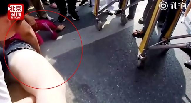 Đoạn video người phụ nữ đi ngược chiều và bị xe tông liên tiếp 2 lần khiến ai cũng hoảng sợ, nhưng thái độ cư dân mạng lại phẫn nộ - Ảnh 5.
