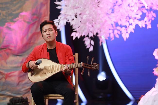 """Trường Giang tình nguyện đệm đàn cho Hương Ly hát live """"Sóng Gió"""" - Ảnh 2."""