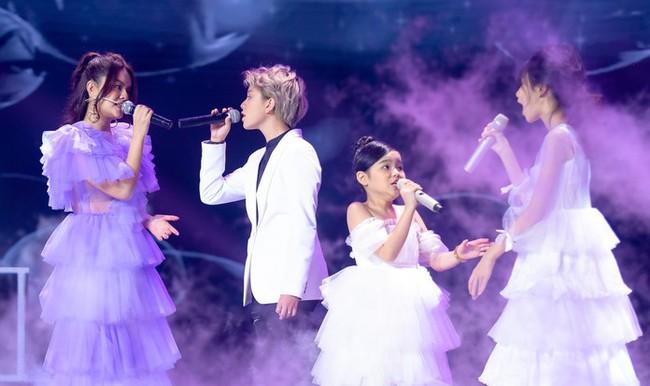 """Bảo Hân """"Về nhà đi con"""" khoe giọng hát đầy ngọt ngào khi kết hợp cùng học trò Phạm Quỳnh Anh trên sân khấu """"The Voice Kids"""" - Ảnh 1."""