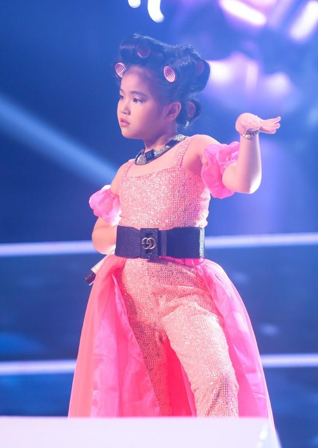 """Bảo Hân """"Về nhà đi con"""" khoe giọng hát đầy ngọt ngào khi kết hợp cùng học trò Phạm Quỳnh Anh trên sân khấu """"The Voice Kids"""" - Ảnh 12."""