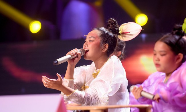"""Bảo Hân """"Về nhà đi con"""" khoe giọng hát đầy ngọt ngào khi kết hợp cùng học trò Phạm Quỳnh Anh trên sân khấu """"The Voice Kids"""" - Ảnh 8."""
