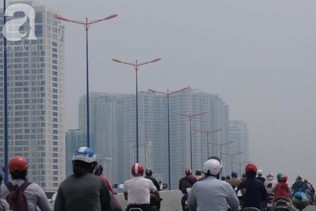 TP.HCM lại bị sương mù bao phủ, bụi giăng mịt mờ giữa ban ngày - Ảnh 1.