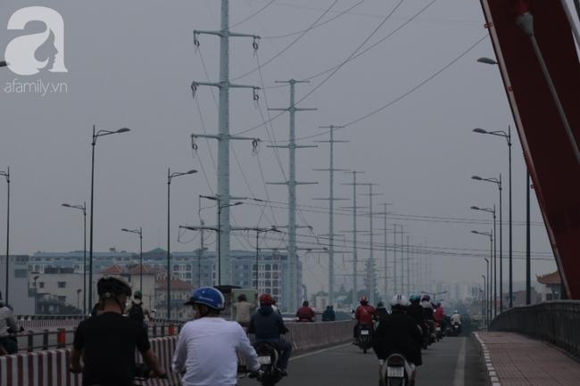 TP.HCM lại bị sương mù bao phủ, bụi giăng mịt mờ giữa ban ngày - Ảnh 12.