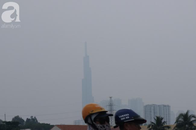TP.HCM lại bị sương mù bao phủ, bụi giăng mịt mờ giữa ban ngày - Ảnh 13.