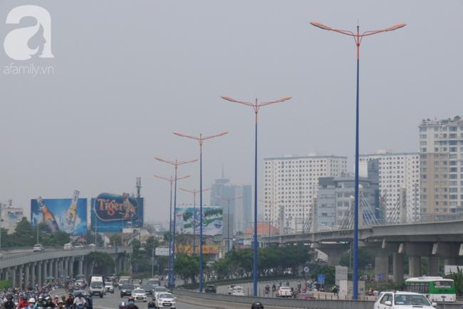 TP.HCM lại bị sương mù bao phủ, bụi giăng mịt mờ giữa ban ngày - Ảnh 6.