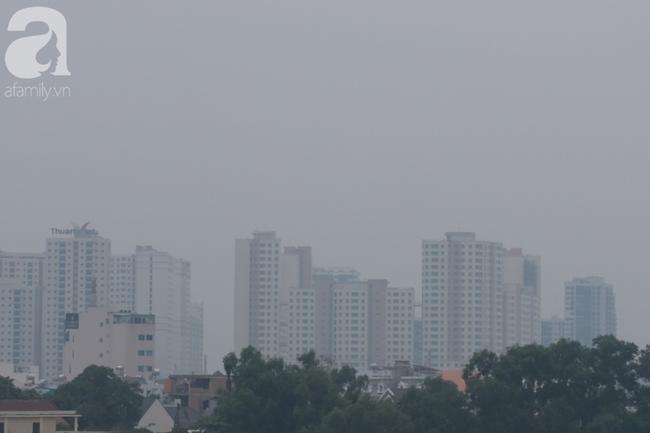 TP.HCM lại bị sương mù bao phủ, bụi giăng mịt mờ giữa ban ngày - Ảnh 7.