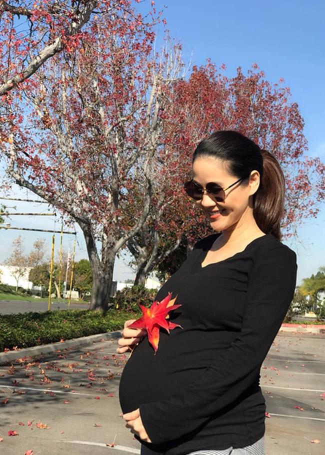 Mỹ nhân Việt mạo hiểm mang thai ở tuổi tứ tuần: Người đẹp mặn mà, người giấu nhẹm không ai biết đến khi sinh - Ảnh 1.