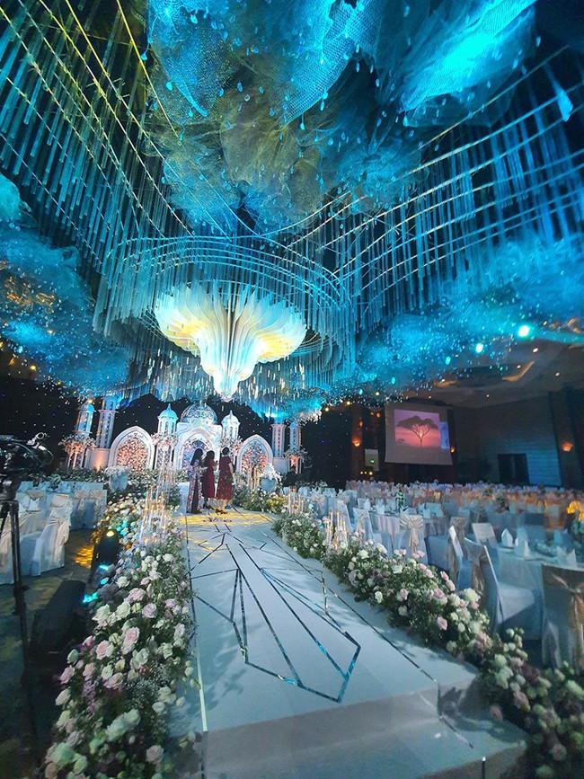 Không có lễ cưới với cơ trường Hà Duy, Âu Hà My được bù lại bằng một đám cưới xa hoa như vườn cổ tích, đón dâu bằng Roll Royce siêu sang - Ảnh 2.