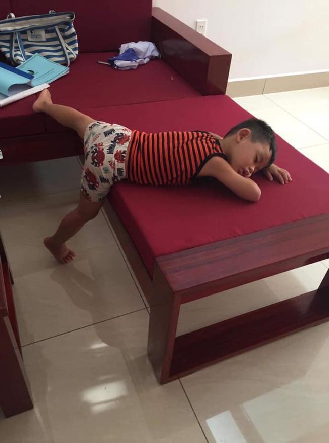 Góc thần thái đỉnh cao: Dù có đi ngủ cũng không quên tạo dáng xéo xắt, tương lai người mẫu triển vọng là đây - Ảnh 4.
