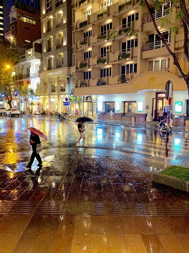 Phan Như Thảo khoe được chồng chiều chuộng, lặn lội mang ô ra đón vợ trong trời mưa gió - Ảnh 3.