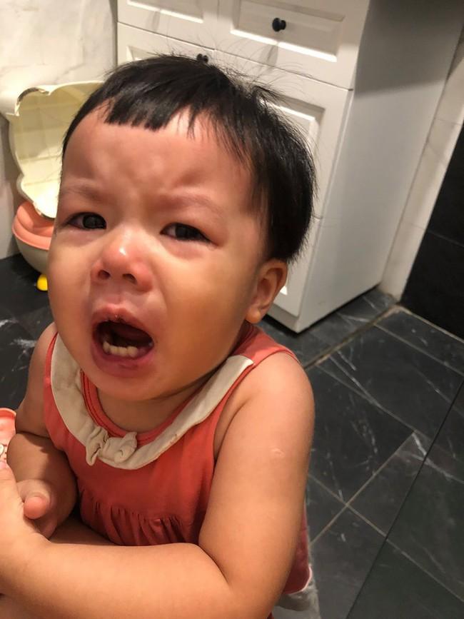 Con gái đòi lấy bàn chải đánh răng cọ nhà vệ sinh, cách xử lý sau đấy của MC Minh Trang khiến nhiều người bất ngờ - Ảnh 2.