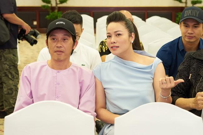 """Bức ảnh hot trong ngày: Hoài Linh tái xuất, vui vẻ nói cười với Thị Bình - Nhật Kim Anh của """"Tiếng sét trong mưa""""  - Ảnh 4."""