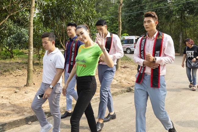 Hoa hậu Hà Kiều Anh khoe nhan sắc trẻ trung bên dàn nam thần - Ảnh 1.