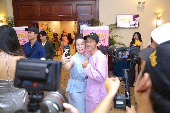 """Bức ảnh hot trong ngày: Hoài Linh tái xuất, vui vẻ nói cười với Thị Bình - Nhật Kim Anh của """"Tiếng sét trong mưa""""  - Ảnh 3."""