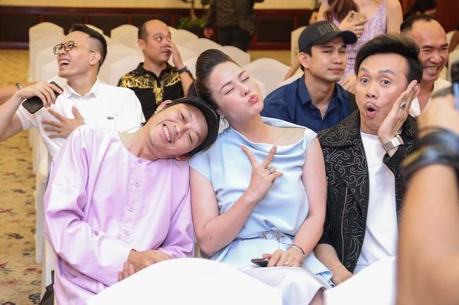 """Bức ảnh hot trong ngày: Hoài Linh tái xuất, vui vẻ nói cười với Thị Bình - Nhật Kim Anh của """"Tiếng sét trong mưa""""  - Ảnh 5."""