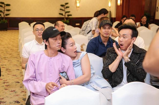 """Bức ảnh hot trong ngày: Hoài Linh tái xuất, vui vẻ nói cười với Thị Bình - Nhật Kim Anh của """"Tiếng sét trong mưa""""  - Ảnh 7."""