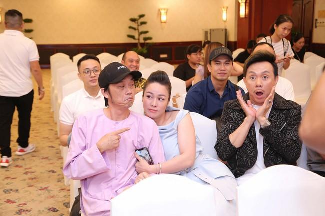 """Bức ảnh hot trong ngày: Hoài Linh tái xuất, vui vẻ nói cười với Thị Bình - Nhật Kim Anh của """"Tiếng sét trong mưa""""  - Ảnh 6."""