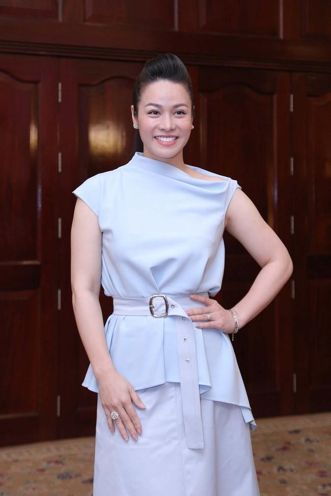 """Bức ảnh hot trong ngày: Hoài Linh tái xuất, vui vẻ nói cười với Thị Bình - Nhật Kim Anh của """"Tiếng sét trong mưa""""  - Ảnh 2."""