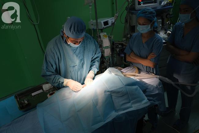 TP.HCM: 18 bác sĩ phẫu thuật tách hai bé gái song sinh dính nhau phần gan, nhỏ nhất từ trước đến nay - Ảnh 3.