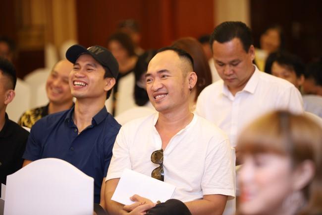 """Bức ảnh hot trong ngày: Hoài Linh tái xuất, vui vẻ nói cười với Thị Bình - Nhật Kim Anh của """"Tiếng sét trong mưa""""  - Ảnh 13."""