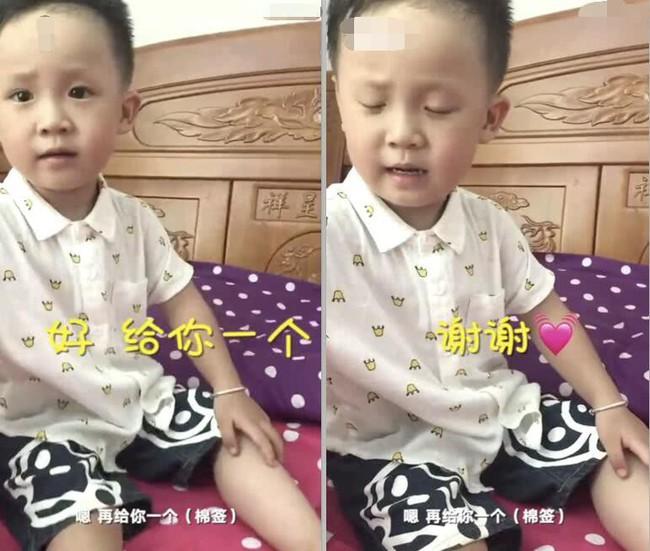 """Cậu bé 3 tuổi tự lau vết thương và an ủi mẹ nhận được """"cơn mưa"""" lời khen vì tính tự lập - Ảnh 1."""