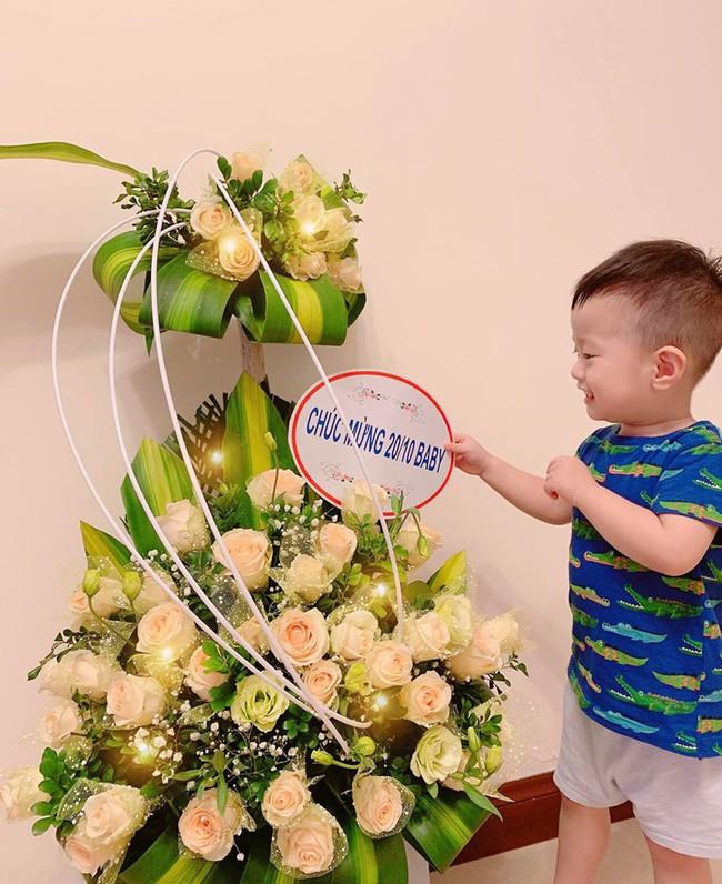 20/10 của các hot mom: Hằng Túi nhận được quà hẳn 70kg, Hương Baby được ông xã Tuấn Hưng tự tay ra chợ bó hoa mang về - Ảnh 7.