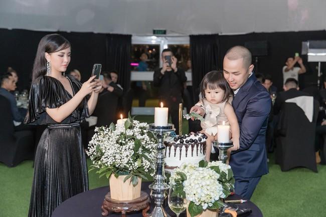 Choáng với tiệc sinh nhật tuổi 33 của anh trai Bảo Thy: tổ chức ở nhà hàng xa xỉ, bàn tiệc 10 người, dựng rạp to như đám cưới - Ảnh 13.