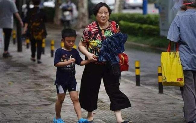 Bà nội nói xấu người mẹ trước mặt cháu nhỏ, cậu bé ngây thơ đáp trả 1 câu ai cũng trầm trồ - Ảnh 1.
