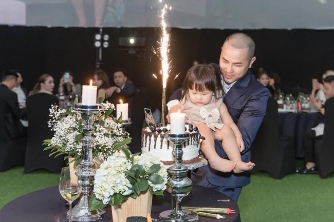 Choáng với tiệc sinh nhật tuổi 33 của anh trai Bảo Thy: tổ chức ở nhà hàng xa xỉ, bàn tiệc 10 người, dựng rạp to như đám cưới - Ảnh 2.