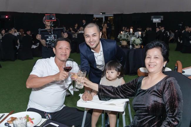 Choáng với tiệc sinh nhật tuổi 33 của anh trai Bảo Thy: tổ chức ở nhà hàng xa xỉ, bàn tiệc 10 người, dựng rạp to như đám cưới - Ảnh 6.