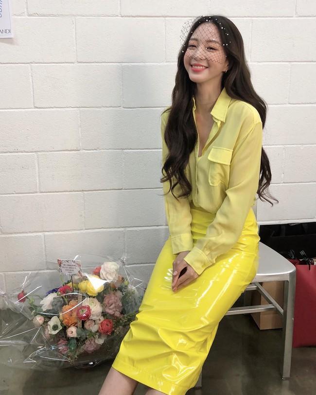 """Mấy nàng thích mặc đẹp sao có thể làm ngơ trước 12 cách diện chân váy xinh """"mê ly rụng rốn"""" này của sao Hàn? - Ảnh 10."""