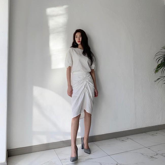 """Mấy nàng thích mặc đẹp sao có thể làm ngơ trước 12 cách diện chân váy xinh """"mê ly rụng rốn"""" này của sao Hàn? - Ảnh 11."""