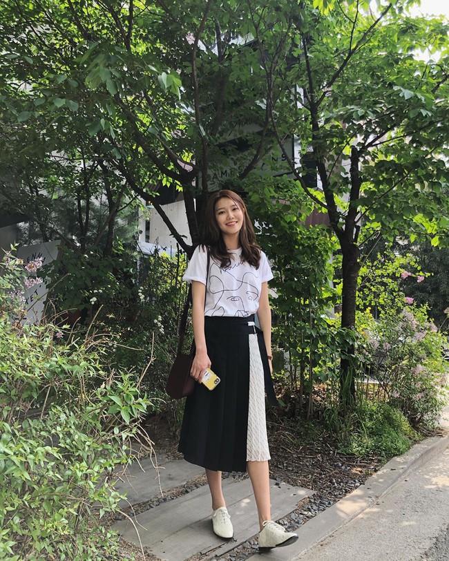 """Mấy nàng thích mặc đẹp sao có thể làm ngơ trước 12 cách diện chân váy xinh """"mê ly rụng rốn"""" này của sao Hàn? - Ảnh 2."""