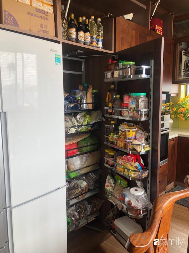 """Căn bếp nhỏ chứa """"vạn đồ"""" hữu ích bên trong khiến ai cũng bất ngờ khi mở ra của bà mẹ Hà Nội - Ảnh 24."""