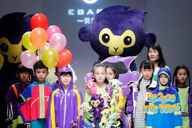 Học trò nhí của Xuân Lan tự tin sải bước như mẫu chuyên nghiệp tại Tuần lễ Thời trang Thượng Hải - Ảnh 1.