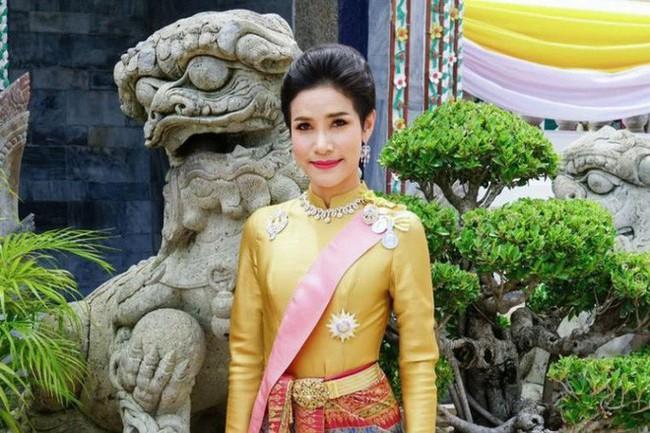 Nóng: Hoàng quý phi Thái Lan bị tước mọi danh hiệu vì tội bất trung với vua, chống lại Hoàng hậu - Ảnh 1.