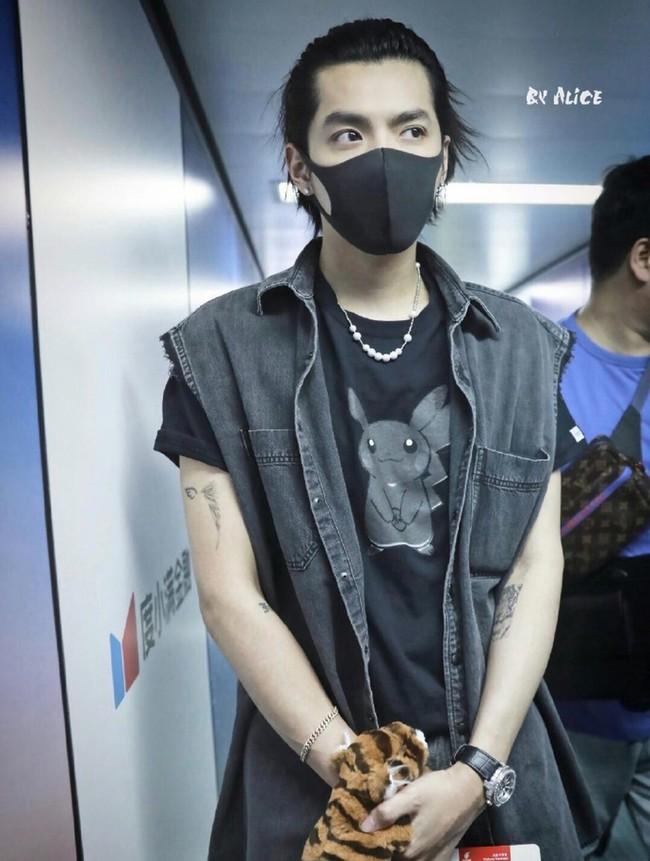 """Những mỹ nam khiến dân tình """"đổ gục"""" khi đeo vòng ngọc trai: Từ idol đẹp nhất thế giới đến Sơn Tùng đều góp mặt - Ảnh 6."""
