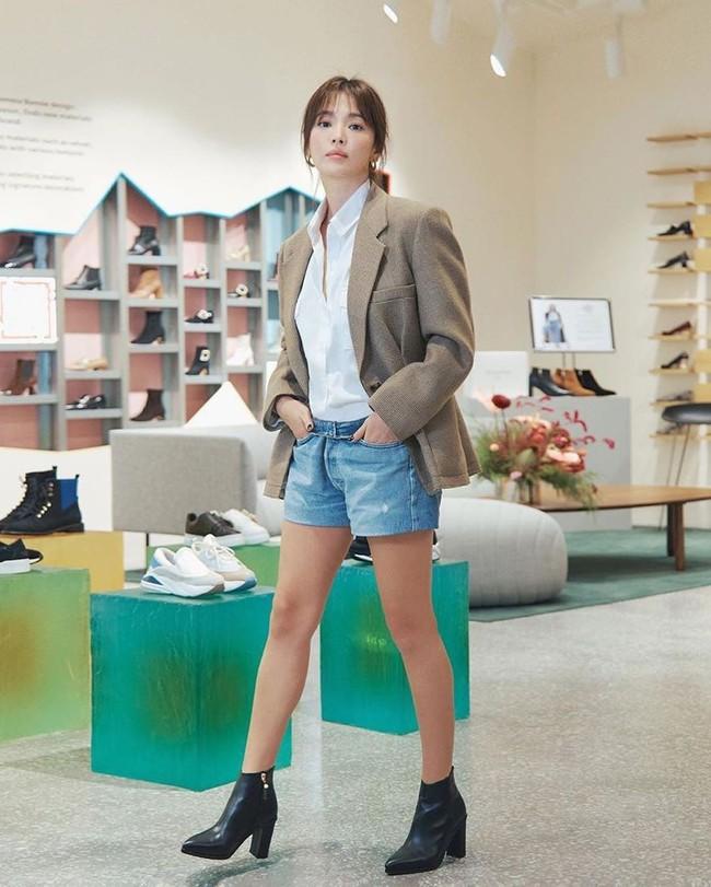 Song Hye Kyo trẻ trung như gái đôi mươi, gây thiện cảm khi tự thiết kế giày ủng hộ quỹ từ thiện - Ảnh 6.