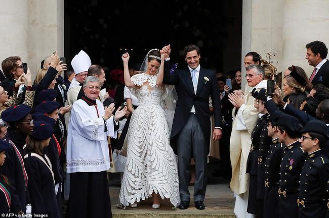 Vượt qua cả  Kate Middleton hay Meghan Markle, đây chính là bộ váy cưới Hoàng gia sexy nhất mọi thời đại - Ảnh 3.