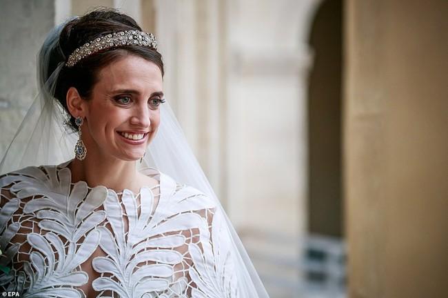 Vượt qua cả Kate Middleton hay Meghan Markle, đây chính là bộ váy cưới Hoàng gia sexy nhất mọi thời đại - Ảnh 2.