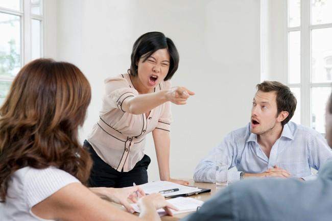 """Cô nàng mời cưới cả văn phòng và cú đập thiệp xuống bàn của chị đại công sở khiến ai cũng giật mình """"Em nghĩ em là ai mà được mời chị tới đám cưới?"""" - Ảnh 1."""