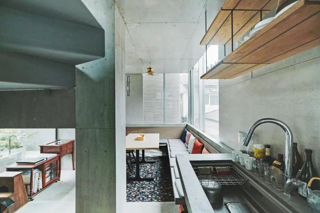 Nhà phố bê tông trong ngõ nhỏ tạo ấn tượng với 4 tầng đều kết nối với ánh sáng bên ngoài của vợ chồng KTS trẻ - Ảnh 11.