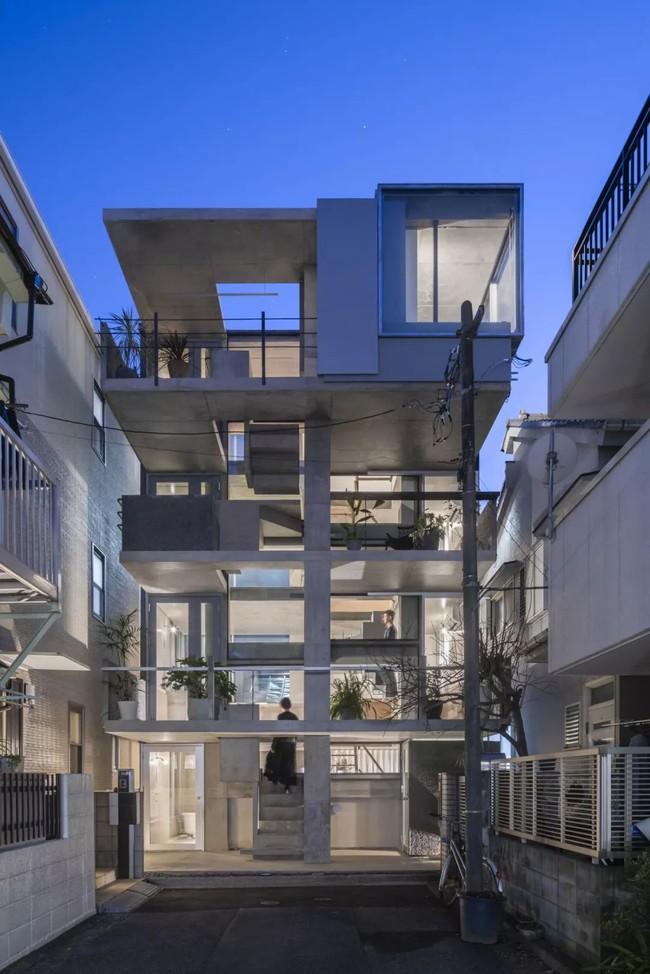 Nhà phố bê tông trong ngõ nhỏ tạo ấn tượng với 4 tầng đều kết nối với ánh sáng bên ngoài của vợ chồng KTS trẻ - Ảnh 4.