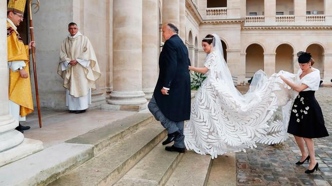 Vượt qua cả  Kate Middleton hay Meghan Markle, đây chính là bộ váy cưới Hoàng gia sexy nhất mọi thời đại - Ảnh 5.