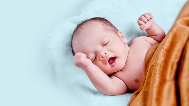 Các cột mốc phát triển quan trọng của em bé sơ sinh 1 tháng tuổi mà cha mẹ cần lưu ý - Ảnh 1.