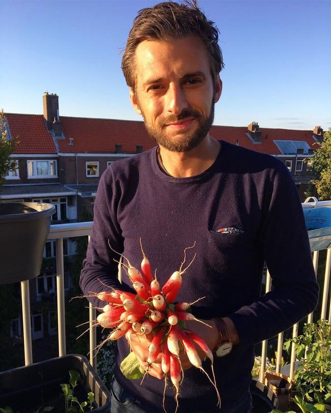 Anh chàng điển trai khiến hàng nghìn cô gái ngưỡng mộ khi trồng cả một sân thượng rau quả xanh tươi - Ảnh 3.