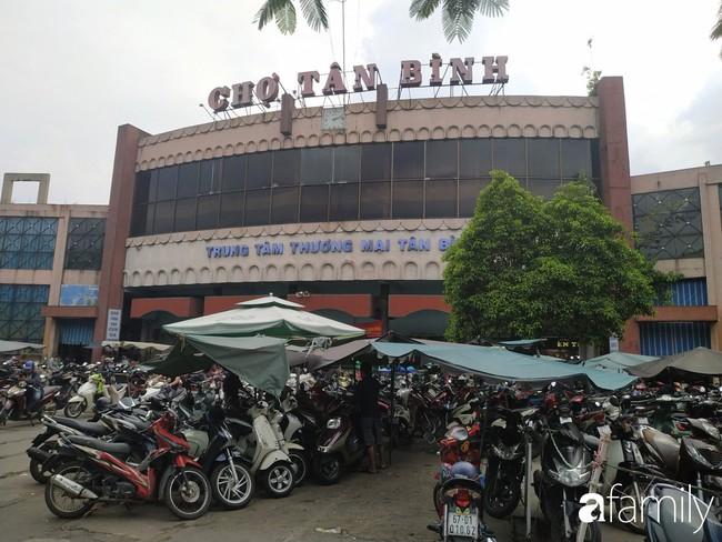"""Vào mùa cưới, người Sài Gòn lại rủ nhau tới khu chợ đồ cưới """"bao rẻ, bao đẹp"""" ở quận Tân Bình - Ảnh 1."""