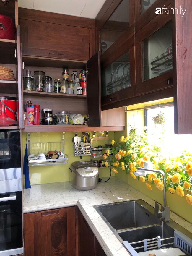 """Căn bếp nhỏ chứa """"vạn đồ"""" hữu ích bên trong khiến ai cũng bất ngờ khi mở ra của bà mẹ Hà Nội - Ảnh 8."""